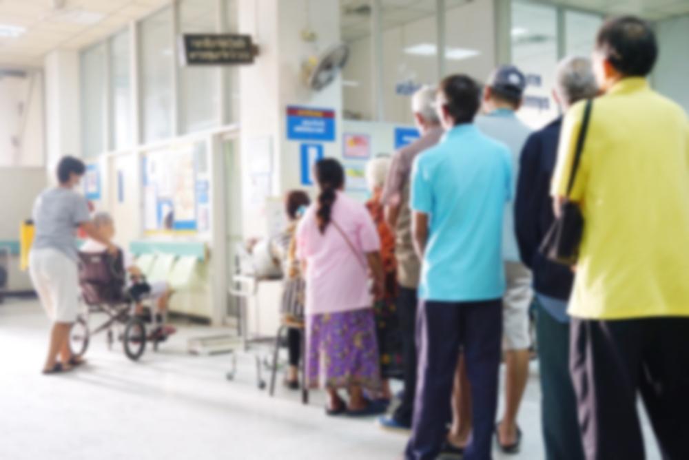 Mulți bolnavi fără COVID stau la cozi pentru a primi îngrijiri medicale în spitalele publice. Foto: Shutterstock