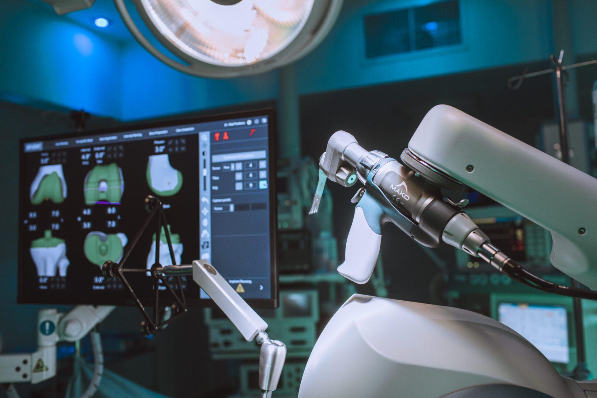 Brațul robotului Mako face mai puține erori decât mâna unui chirurg