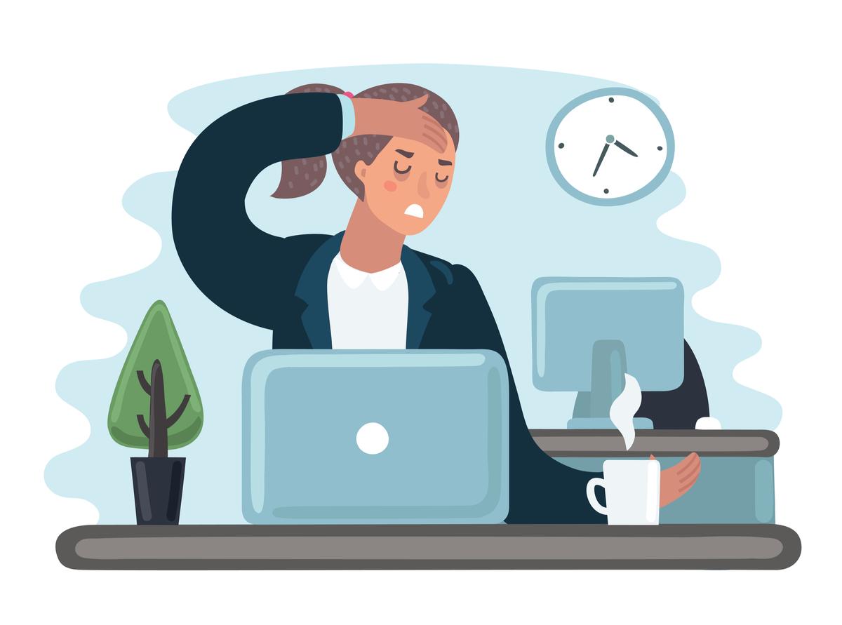 cefalee de tensiune hipertensiune. femeie la calculator, cu o ceasca de cafea, isi atinge fruntea