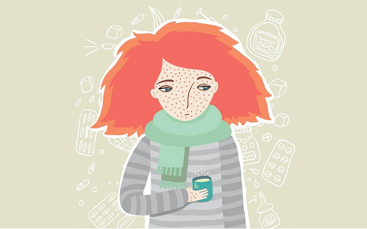 alergie la frig simptome tratament. tanara cu pulover, fular si o cana in mana, cu eruptie pe fata si pe maini