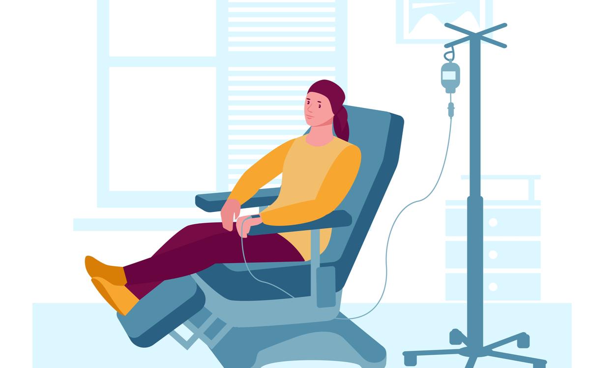 ce este chimioterapia si sansele de reusita. femeie cu batic pe cap, pe un fotoliu, cu o perfuzie cu citostatice in mana