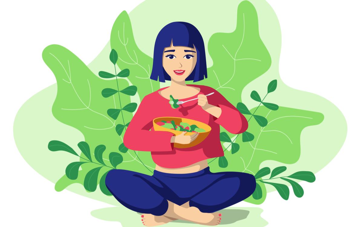 antidepresive naturale recomandate de psihoterapeut. femeie fericita care mananca salata pe un fundal verde