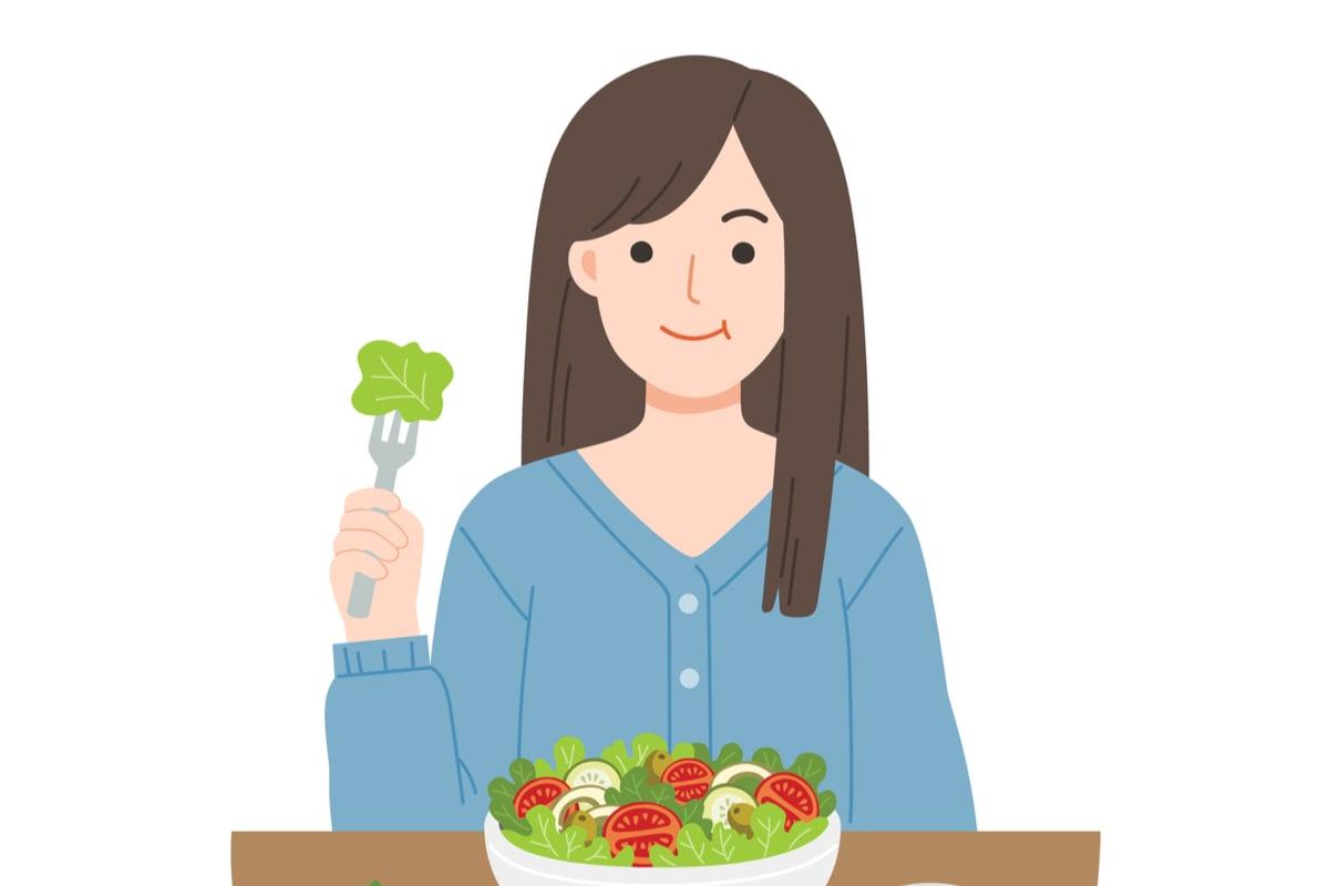 alimente antiimbatranire top 5. femeie frumoasa mananca salata cu spanac