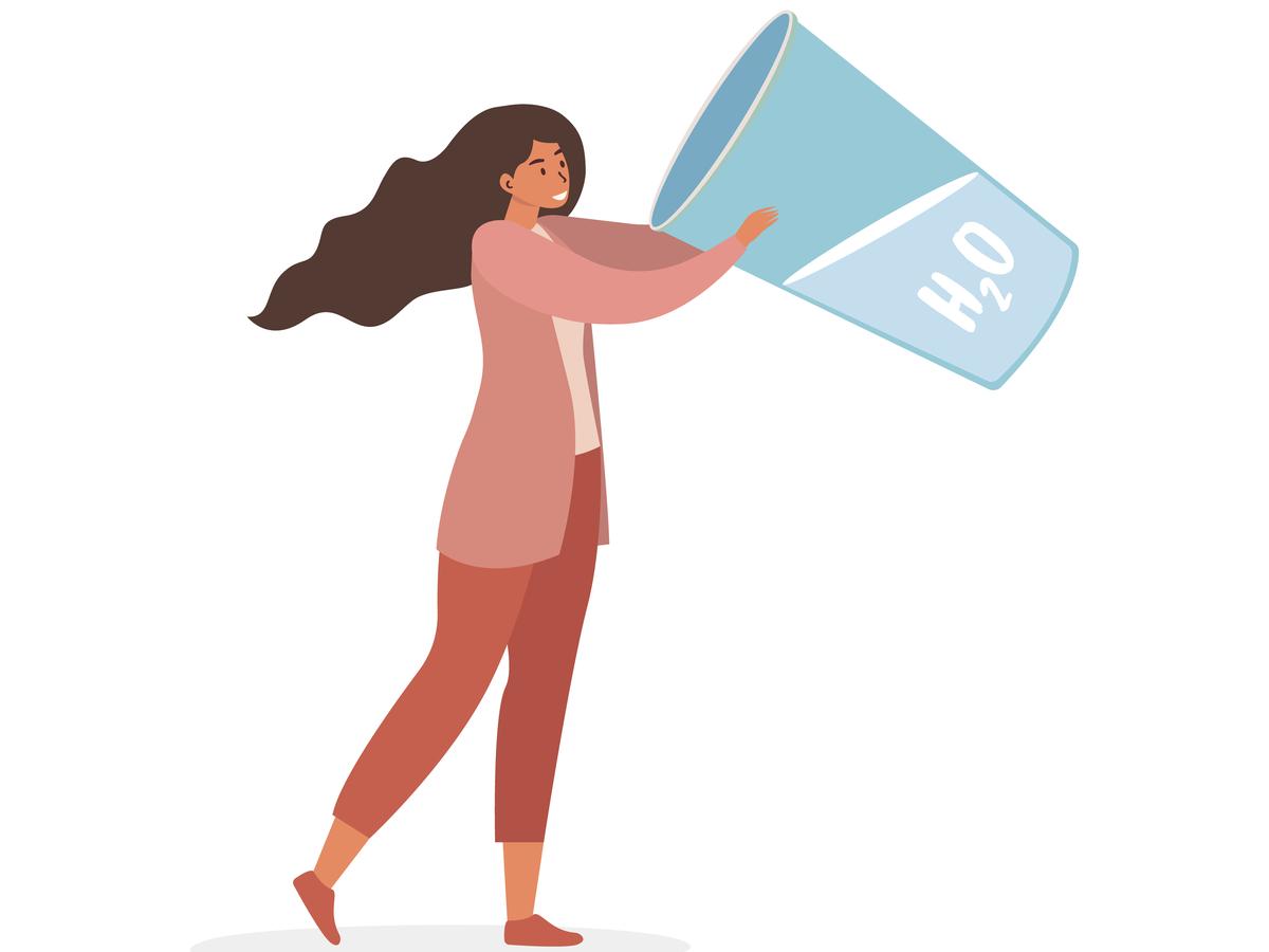 deshidratarea afecteaza intreg organismul primele simptome. femeie care bea apa dintr-un pahar foarte mare