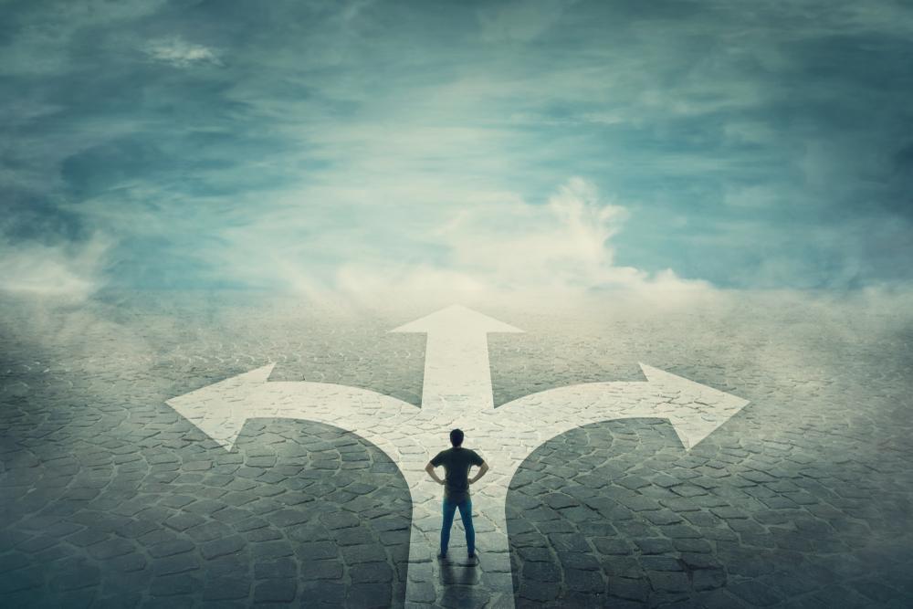 Bărbat confruntându-se cu frica de a lua decizii